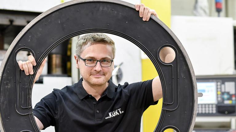 Anspruchsvolle Gummi-Metall-Beschichtung: Matthias Breitkopf, Produktionsleiter bei KUKT in Gelnhausen,  mit einer Neuentwicklung.