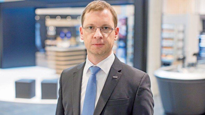 Herr über neue Produkte: Markus Pfitzmaier im Showroom von Wanzl.