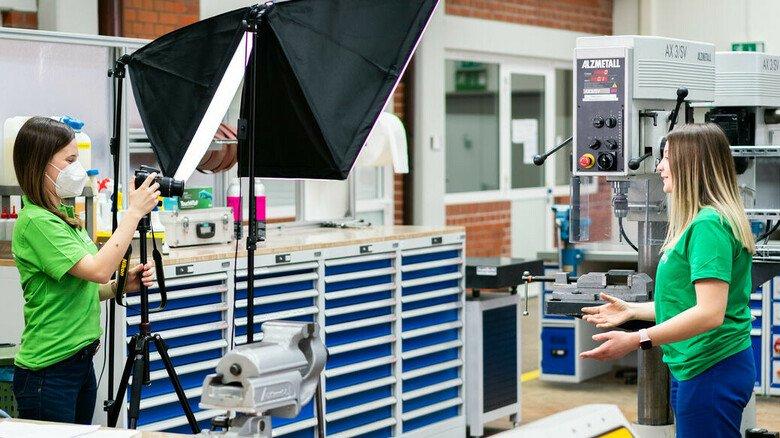 Kamera läuft: Lisa Deutsch (links) dreht ein Video mit Lisa Keßler, einer angehenden Verfahrensmechanikerin für Kunststoff und Kautschuk.