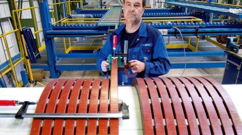 Geduldsjob: Herbert Schieren wickelt die Spule eines Kessels. Foto: Moll