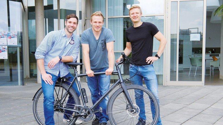 Bald auf großer Fahrt: Malte Pinkernelle, Felix Krull und Julian Bloh (von links) forschen am DIK und wollen mit dem Fahrrad an die französische Atlantikküste.