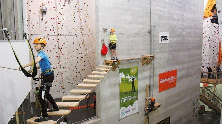 …und indoor: Festhalten auf der Hängebrücke. Foto: Nordwandhalle