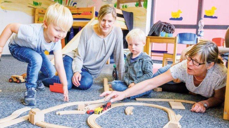 Im Hort: Böing (links), Erzieherin Michaela Galonska und Kinder. Foto: Roth
