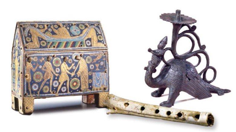Ausstellungsstücke: Reliquienkästchen, Knochenflöte und Drachenleuchter. Foto: Archäologisches Landesmuseum