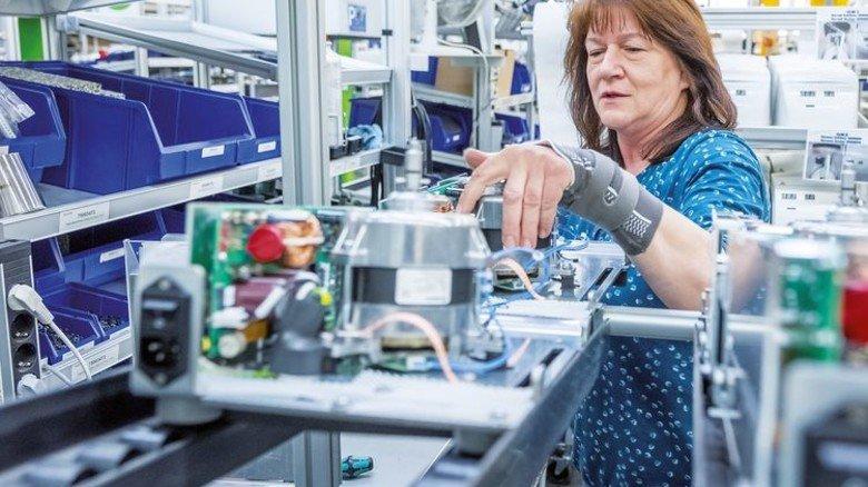 Konzentration gefordert: Marianne Koller packt sich das Innenleben einer Zentrifuge. Foto: Heidrich