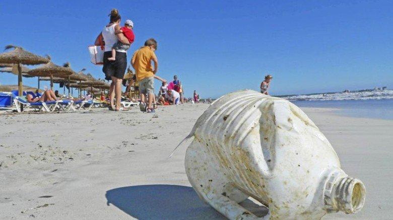 Plastikmüll am Badestrand: Das will keiner. Dagegen helfen bessere Entsorgung und mehr Recycling. Foto: dpa