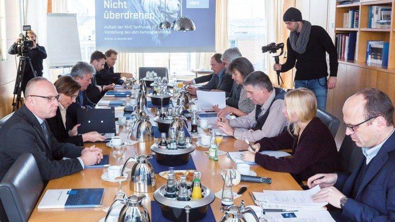 Pressekonferenz: vbm-Hauptgeschäftsführer Bertram Brossardt (Dritter von links) im Gespräch mit den Journalisten. Foto: Schulz