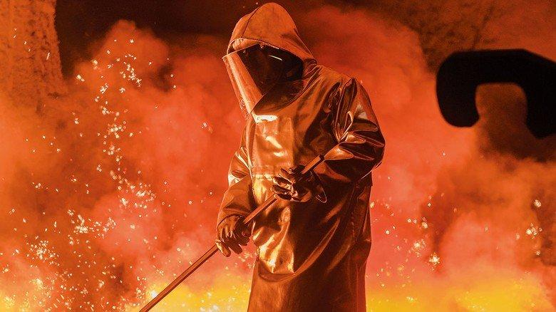 Am Hochofen: Stahlarbeiter müssen sich auf neue Technik umstellen.