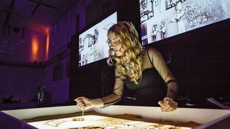 Feier: Zum Jubiläum gab es eine Sandmalerei-Show … Foto: Werk