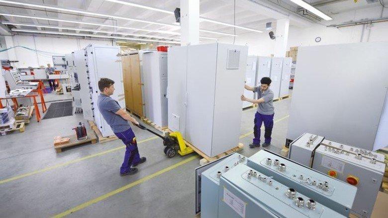 Schwere Last: Der Schaltschrank von Hanseatic Power Solutions wiegt annähernd 700 Kilogramm. Foto: Christian Augustin