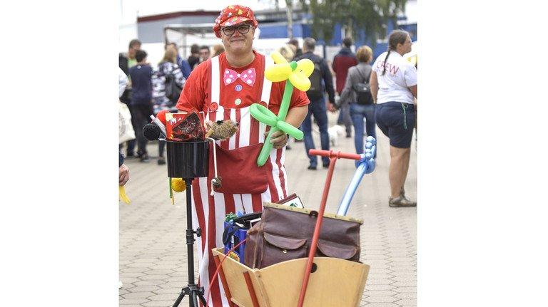 Mit Ballons und Bollerwagen: Andreas Goerke ist gut ausgestattet.