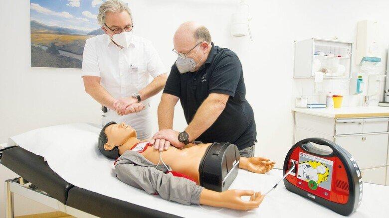 So geht die Herzdruckmassage: Ersthelfer Thom Zick übt unter Anleitung von Werksarzt Samuel Schmidt.
