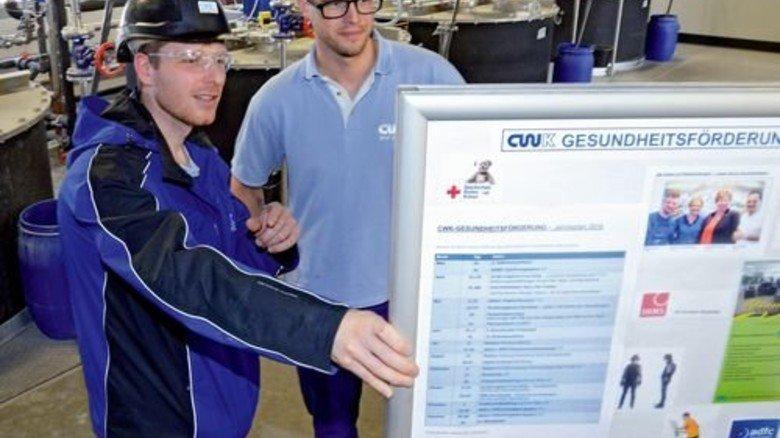 Überblick: Robert Heller (links) und Florian Beyer lesen die Aktionsangebote. Foto: Sturm