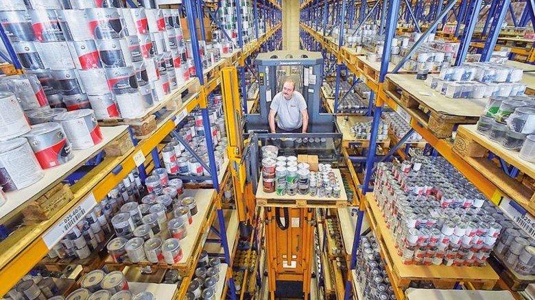 Im Lager: Heiko Walther kommissioniert die Ware in fast zehnMeter Höhe. Foto: Sandro