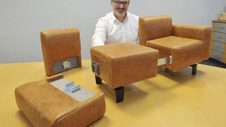 Einfach: Hettich-Franke-Chef Gerd Stumpp führt das neue Stecksystem vor. Foto: Sigwart