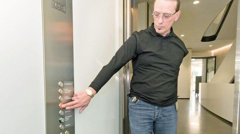 Ohne Barrieren: Hans-Peter Benzinger zeigt die neuen Fahrstühle. Foto: Mierendorf