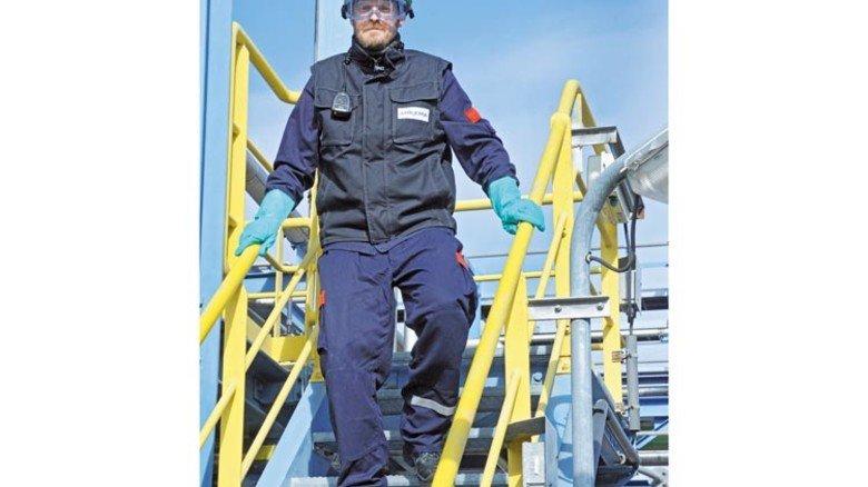 Er macht es richtig: Chemikant Raik Schimmang hat die Hände am Geländer, Helm und Schutzbrille auf. Foto: Sturm