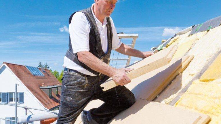 An die Arbeit: Wer im Sommer dämmen lässt, muss im Winter weniger heizen. Foto: Getty