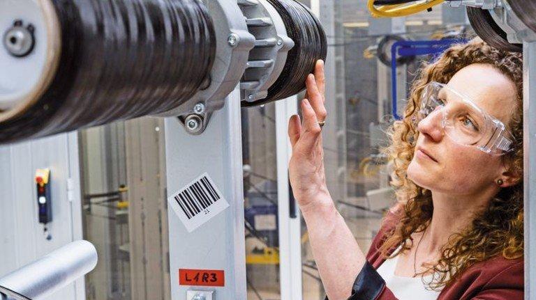 Expertin für Karbon: Die junge Ingenieurin  Carolin Cichosz von Voith kennt sich mit dem Werkstoff aus. Foto: Oliver Bodmer