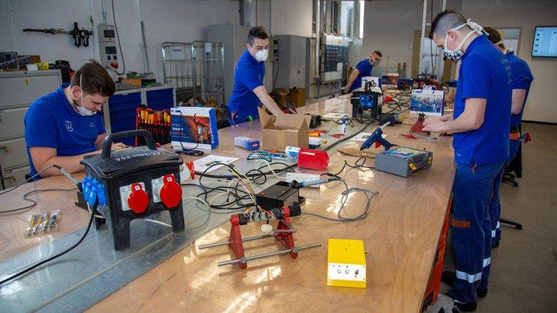Verdrahten und montieren: Auszubildende der Fritz Winter Eisengießerei in Stadtallendof unterstützen ein Team der Universität Marburg bei der Herstellung einfacher Beatmungsgeräte.