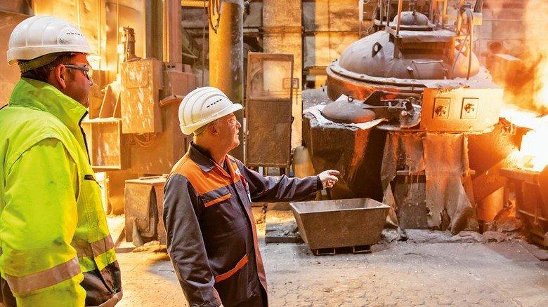 Vorsorge: Jäcklein und sein Kollege Michael Schlereth (links) inspizieren die Gießerei. Foto: Karmann