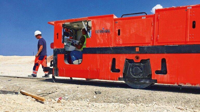 Kleiner Kraftprotz: Bis zu 430 Tonnen Baumaterial können solche Schöma-Loks schleppen – selbst noch bei leichter Steigung.