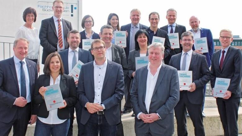 Würdigung: 13 Firmen und Verbände wurden vom Verein für ihr herausragendes Engagement beim Aufbau und Betrieb des Technikzentrums Südwestfalen geehrt. Foto: MAV