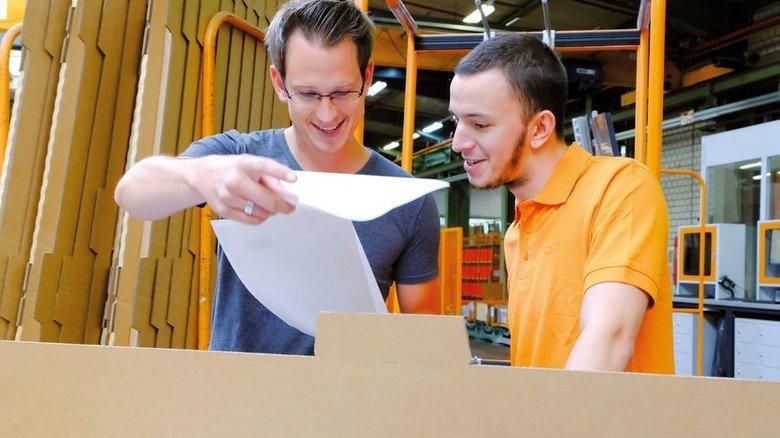Ohne Papiere läuft nichts: Marvin Hemmer (rechts) mit seinem Ausbilder Tobias Heutmann. Foto: Roth