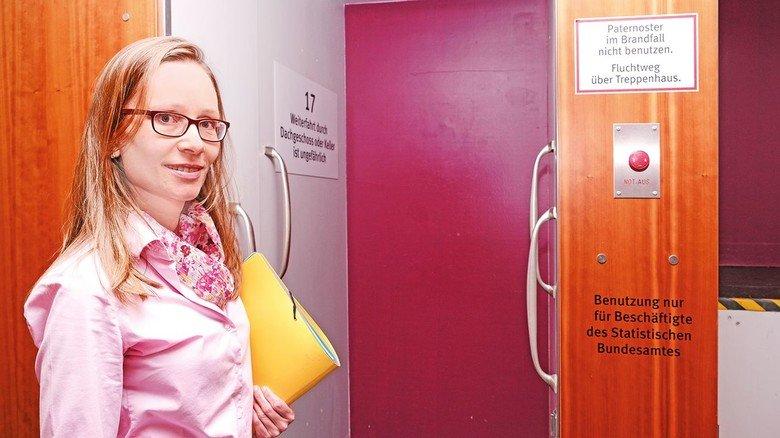 Traditionsreiche Behörde: Wissenschaftlerin Nadin Sewald am Paternosteraufzug.