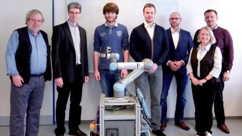 Das Entwicklungsteam: Ihr Roboter kann Post austragen und Aufzug fahren – das macht ihn für VW interessant. Foto: Werk
