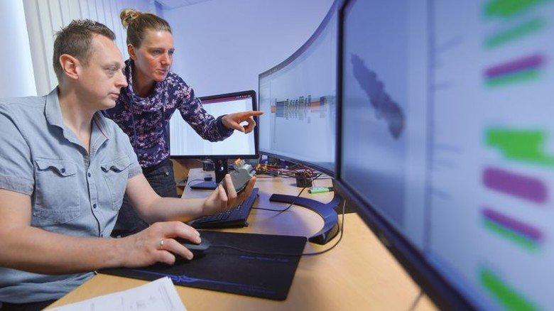 Gemeinsame Arbeit am Computer: Elektrokonstrukteurin Nadine Eddelbüttel mit ihrem Kollegen Jack Czerwionka. Foto: Christian Augustin