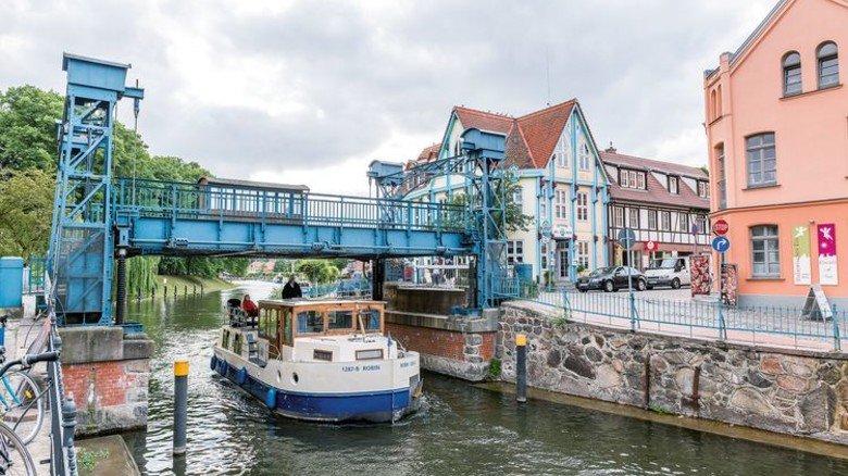 Idylle pur: Die Hubbrücke in Plau am See in Mecklenburg-Vorpommern. Foto: Achim Meurer