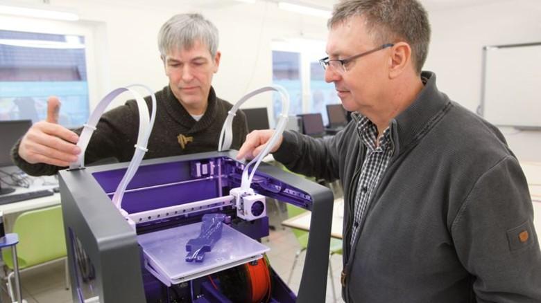 Im MINT-Zentrum: Gerd Iffland und Reinhard Altrock an einem der beiden 3-D-Drucker. Foto: GuS Kommunikation