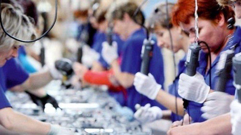 Emsig: Polnische Arbeiterinnen montieren Fernseher bei LG Electronics in Breslau. Foto: dpa