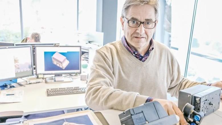 An seinem Arbeitsplatz bei Arca Regler  im rheinischen Tönisvorst: Konstrukteur Gentges ist auch Ausbilder. Foto: Roth: