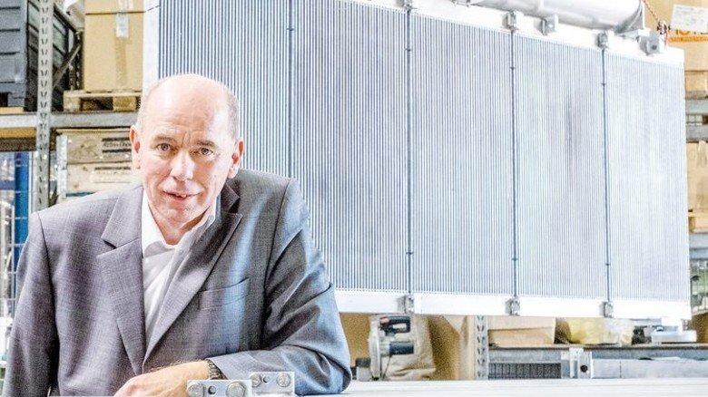 Der Firmenchef: Wilfried Hecken vor einem Kühler für ein Windrad. Foto: Roth