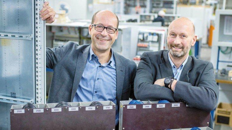 Die beiden Chefs: Wolfgang Cieplik (links) und Rainer Poppek. Früher fertigte die Firma lediglich Schaltschränke.