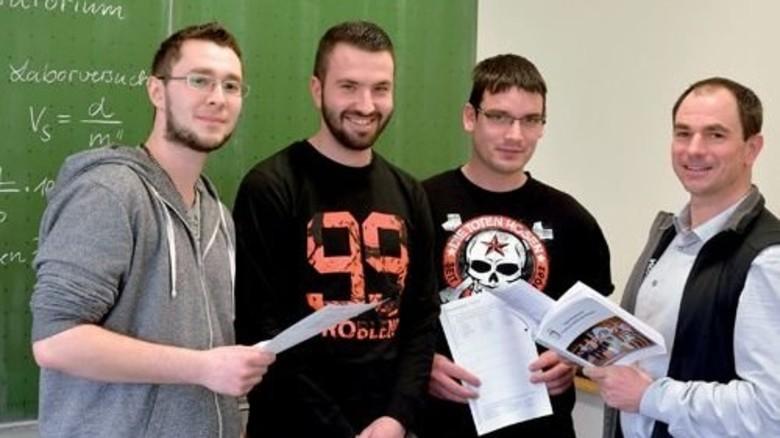 Tutoren-Team: Alexander Schmittknecht, Edwin Fast und Thomas Lampert mit Berufsschullehrer Johannes Wörtz (von links). Foto: Scheffler
