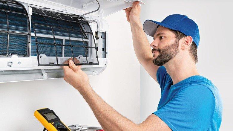 Installation einer Klimaanlage: Da sollte immer der Fachmann ran – zumal für solche Splitanlagen ein Wanddurchbruch nötig ist.