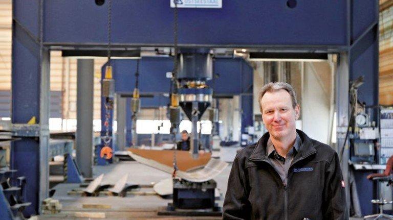 Leiter der Produktion von Ostseestaal: Torsten Koppe vor einer Presse. Foto: Ostseestaal