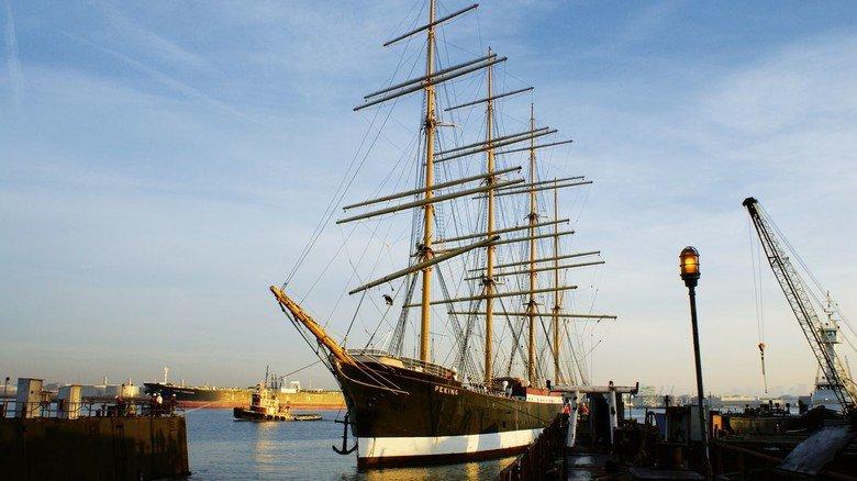 """In den USA: Der Viermaster, hier an einer Pier von Staten Island, lag jahrelang im New Yorker """"South Street Seaport Museum"""" unweit der Brooklyn Bridge."""