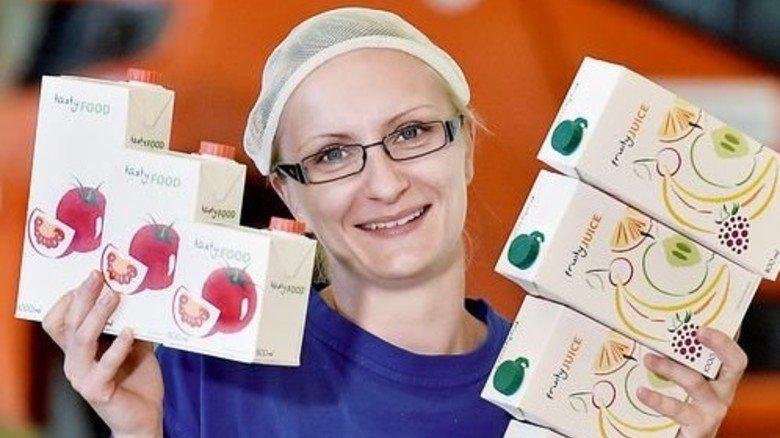Qualitätskontrolle: Sandra Schulze zeigt einige typische Produkte. Foto: Deutsch