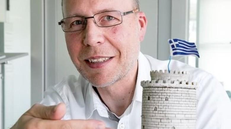 """Brückenschlag zur Heimat: Ioannis Kiourtides präsentiert den """"Weißen Turm"""" von Thessaloniki. Foto: Mierendorf"""