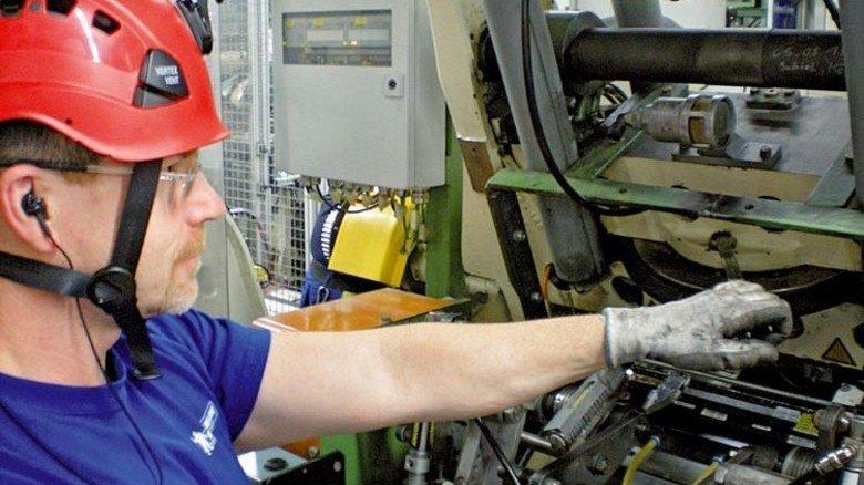 Kamera am Helm: Ein Mitarbeiter filmt seine Handgriffe. Foto: Werk