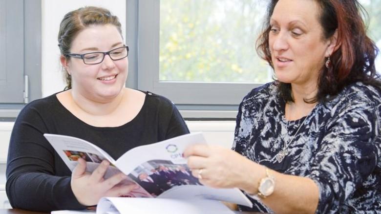 Kompetent: bbz-Chefin Ines Krämer (rechts) ist auf ihre junge Ausbilderin stolz. Foto: Sturm