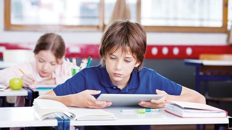 Derzeit noch die Ausnahme: Schüler, die im Unterricht mit dem Tablet lernen. Foto: Adobe Stock
