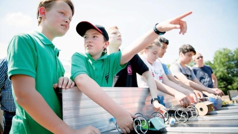 Da ist das Ziel! Das Team vom Gymnasium Ernestinum Rinteln (links) wurde am Ende Zweiter. Foto: Kunte