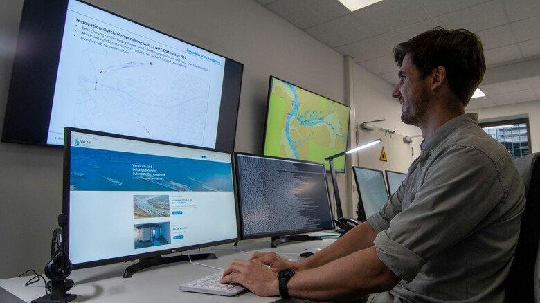 Für den Wasserverkehr von morgen: Jens Höpken von der Uni Duisburg-Essen arbeitet an einer Simulation des autonomen Fahrens.