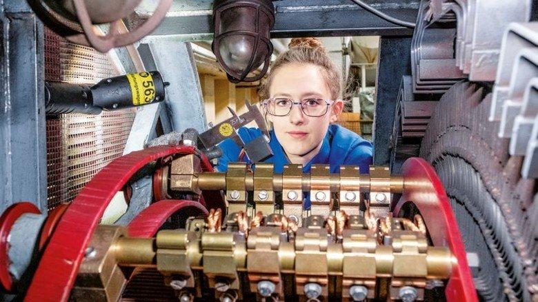 Innenleben eines Motors: Valentina Kling kontrolliert die Kohlen, die den elektrischen Kontakt herstellen. Foto: Roth
