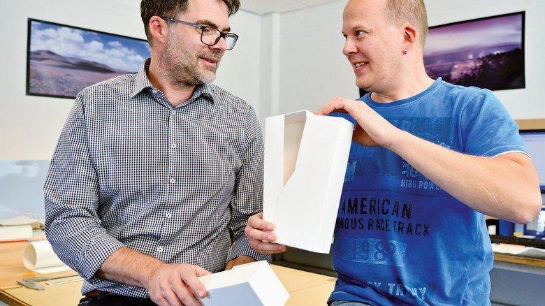 Kreativ: Patrick Schlecht (links) und Oliver Bauer denken in Entwicklung und Druckvorstufe für die Auftraggeber mit. Foto: Scheffler